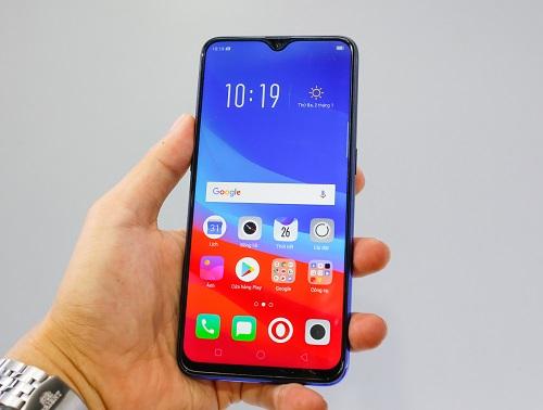 Oppo F9 (7,69 triệu đồng):smartphone dòng F mới nhất của Oppo sửdụng màn hình giọt nước. Không chỉ tăng diện tích hiển thị của mặt trước lên hơn 90%, phần rãnh khoét tai thỏ cách điệu này còn tăng tính thẩm mỹ, độc đáo cho máy.