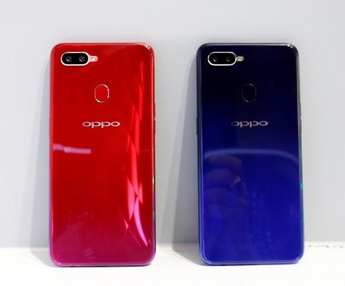 Smartphone của Oppo còncó điểm nhấn ở thiết kế lưng máy mới mẻ hơn phiên bản tiền nhiệm F7. Cụ thể, mặt kính được hãng thiết kế tỉ mỉ với họa tiết cánh hoa, cùng hiệu ứng chuyển dải màu tùy theo môi trường ánh sáng trên hai phiên bản Đỏ ánh dương và Xanh chạng vạng.