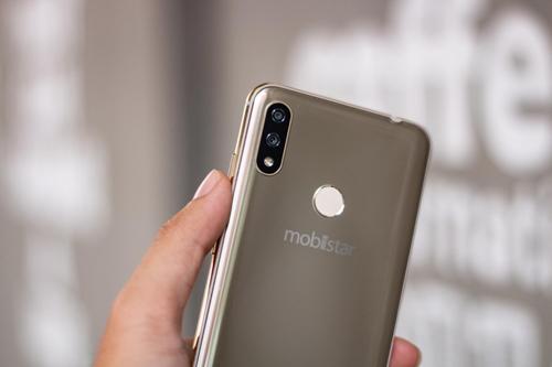 Màn hình tai thỏ và cụm camera kép của Mobiistar X được cho là tương đồng với thiết kế của iPhone X.