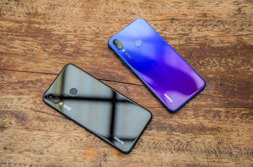 Huawei Nova 3i (6,99 triệu đồng): Nova 3i là phiên bản kế nhiệm của Nova 2i, hướng đến người dùng trẻ. Do đó, hãng không ngần ngại đầu tư cho mặt thiết kế sản phẩm, mang hơi hướng cận cao cấp. Hãng loại bỏ vật liệu nhựa kém chắc chắn, thay vào đó là thiết kế đối xứng hai mặt kính qua khung viền kim loại. Không chỉ tăng vẻ sang trọng, thiết kế này còn cho cảm giác cầm máy đầm tay, đường nối giữa mặt kính và đường viền xử lý tinh tế để hạn chế cấn chạm. Điểm nhấn còn nằmmàu sắc của máy. Bên cạnh màu đen cơ bản, Huawei ưu ái hiệu ứng chuyển màu độc đáo ở mặt lưng từ xanh sang tím trên phiên bản Tím iris.