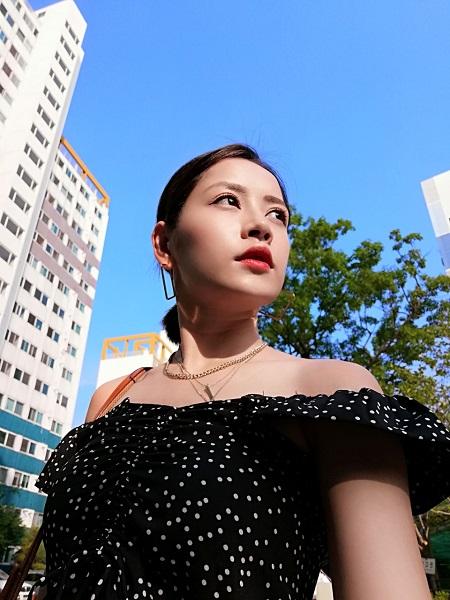 Camera trước của Huawei Nova 3i cho chất lượng ảnh sắc nét, công nghệ làm đẹp AI giúp làn da của người đẹp căng sáng.