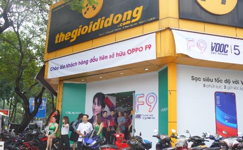 Một cửa hàng thuộc chuỗi Thế giới di động trang trí chào đón các vị khách đầu tiên nhận máy Oppo F9.