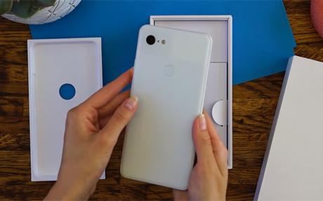 Pixel 3 XL phiên bản màu trắng với camera đơn.