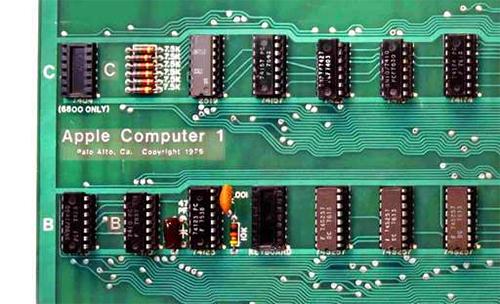 Dòng chữ in trên bo mạch của Apple 1.