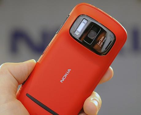 Nokia 808 PureView là điện thoại đầu tiên được trang bị camera PureView.