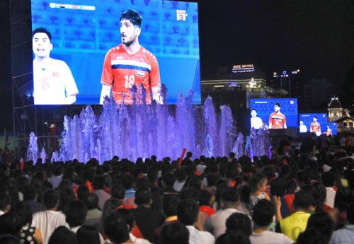 Điểm xem bóng đá màn hình lớn tại phố đi bộ Nguyễn Huệ, TP HCM, đêm diễn ra trận Việt Nam - Syria. Ảnh: Hữu Khoa.