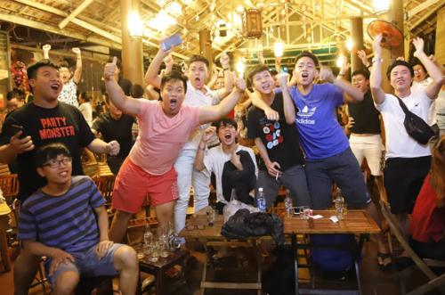 Cổ động viên tại Đà Nẵng vui mừng với bàn thắng của tuyển Việt Nam trong trận gặp Syria tại một quán cafe. Ảnh: Văn Đông.