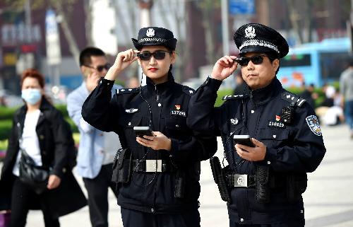Cảnh sát ở tỉnh Hà Nam, Trung Quốc đang sử dụng một loại kính tương tự như của Xloong, có tính năng nhận diện khuôn mặt. Ảnh: Reuters