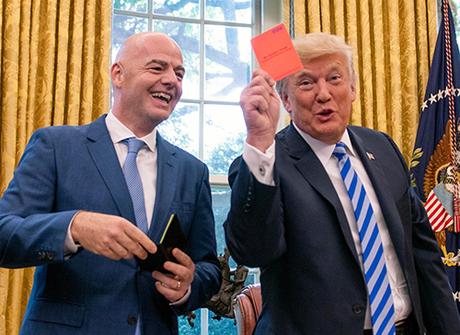 Tổng thống Trump (bên phải) trong cuộc gặp chủ tịch FIFA Gianni Infantino (bên trái) tại Nhà Trắng.