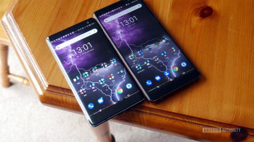 Nokia 8 Sirocco (trái) và Nokia 7 Plus (phải) của HMD Global.