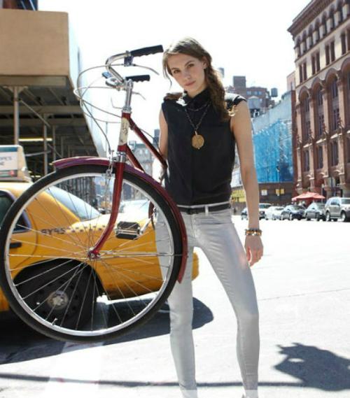 Bức ảnh thời trang của Neiman Marcus cũng bị người xem nhận xét là mắc một lỗi photoshop không tưởng. Xem đáp án.