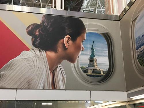 Có gì lạ trong tấm pano quảng cáo của hãng hàng không? Xem đáp án.