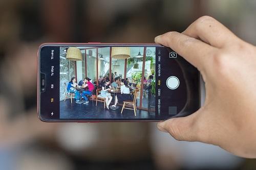 Cụ thể, máy trang bị chipset Helio P60 với module NeuroPilot xử lý riêng cho các tác vụ AI, mang đến hiệu suất tốt gấp hai lần so với việc sử dụng GPU.   NeuroPilot sẽ thực hiện nhiệm vụ liên quan đến phát hiện khuôn mặt, deep learning (học sâu), xác định đối tượng và cảnh vật, làm đẹp ảnh selfie trong thời gian thực và thực tại ảo.