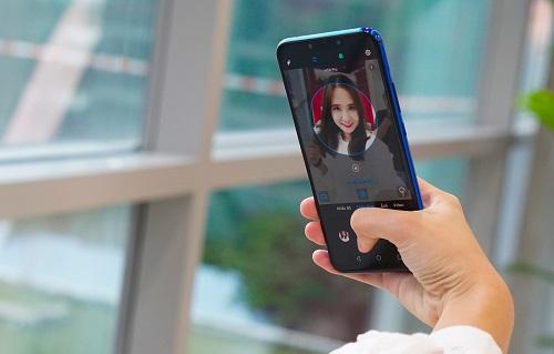 Ở mặt trước, cảm biến kép 24 megapixel và 2 megapixel trên smartphone này có thể nhận diện 200 bối cảnh thuộc 8 chủ thể để đưa ra nhiệt độ màu, thông số chụp phù hợp.