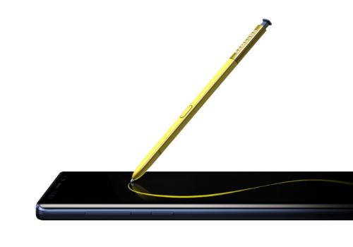 Màn hình cong vô cực hai cạnh giúp máy dễ cầm nắm dù kích thước màn hình đến 6,4 inch.