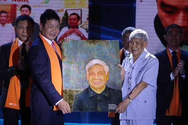 Chủ tịch FPT Trương Gia Bình (trái) trao tặng bức tranh cho nguyên Tổng bí thư Lê Khả Phiêu.