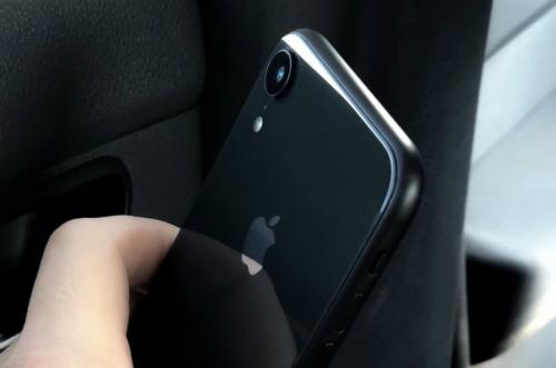 Khung viền iPhone Xc không bóng như ở iPhone X hay Xs, Xs Max sắp ra mắt.