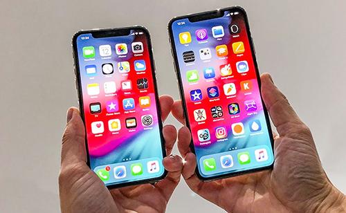 iPhone Xs Max (bên phải) là iPhone có màn hình lớn nhất từ trước đến nay.
