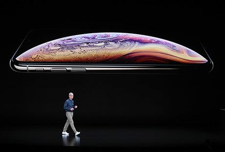 Tim Cook trên sân khấu ra mắt iPhone mới hôm 12/9.