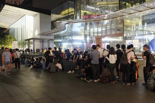 Dòng người xếp hàng mua iPhone X tại Singapore năm ngoái. Ảnh: Đình Nam.