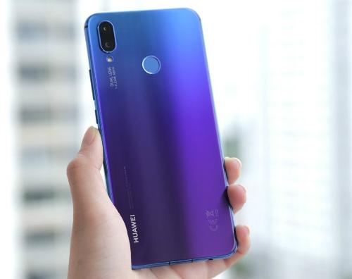Sắc tím chuyển xanh nổi bật trên phiên bản tím Iris của Huawei Nova 3i.
