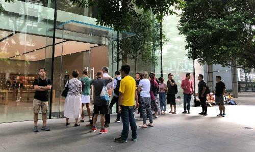 Sáng 20/9, đã có hàng chục người tới xếp hàng tại Apple Store Singapore để đợi mua iPhone mới, dù từ đêm trước, cảnh sát đã đi dẹp không cho tụ tập.