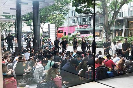 Nhiều người, trong đó phần đông từ Việt Nam, xếp hàng trước Apple Store Singapore để mua iPhone Xs.