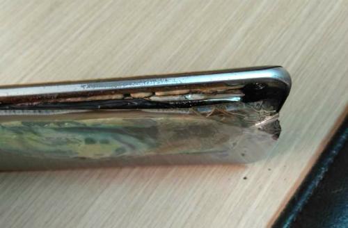 Rokhana không nhận được trợ giúp khi lần đầu mang máy tới cửa hàng dịch vụ của Samsung. Ảnh: Reddit