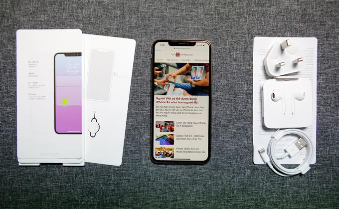 <p> iPhone Xs Max đầu tiên được đưa về Việt Nam từ Singapore. Trong bộ phụ kiện đi kèm không có cổng chuyển Lightning qua 3,5mm như các mẫu iPhone trước đây, trong khi các phụ kiện khác đầy đủ.</p>