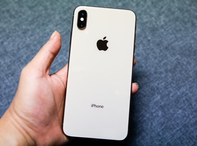 <p> Màu vàng mới trên model này lạ và đẹp mắt nhưng phần khung viền bằng thép rất dễ bám vân tay. Mặc dù có trọng lượng nặng nhất trong các mẫu iPhone - lên đến 208 gram, Xs Max lại cho cảm giác cầm nhẹ và dễ chịu hơn hẳn 8 Plus. Camera sau dạng kép với thông số kỹ thuật cơ bản không khác nhiều iPhone X năm ngoái khi có độ phân giải 12 megapixel. Ống kính thường có khẩu độ f/1.8 trong khi ống kính tele có khẩu độ f/2.4. Tuy nhiên, Apple đã bổ sung nhiều cải tiến ở phần mềm và tính năng chụp hình, như smartHDR hay điều chỉnh khẩu độ cũng như công nghệ AI mới.</p>