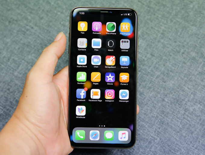 <p> iPhone Xs Max là chiếc điện thoại có kích thước màn hình lớn nhất của Apple - đạt 6,5 inch, độ phân giải 1.242 x 2.688 pixel.Ngoài kích thước, màn hình iPhone Xs Max cũng có nhiều nâng cấp so với iPhone X năm ngoái. Tấm nền OLED hỗ trợ hiển thị 120Hz như ở iPad Pro.</p>