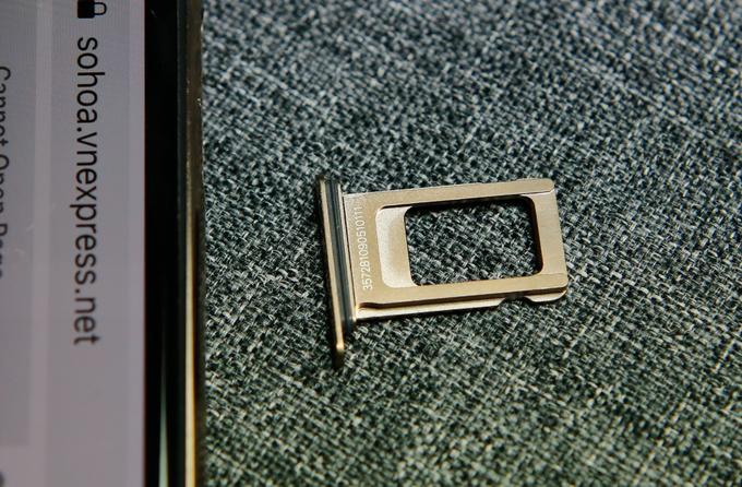 <p> Khay sim của iPhone Xs Max dày hơn trước khá nhiều do Apple làm chuẩn chung để có thể lắp được cả khay sim kép cho các model bán ra tại thị trường Trung Quốc.</p>