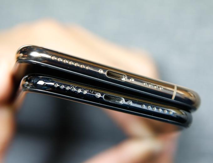 <p> Điểm khác biệt so với iPhone X là ở phía dưới đế máy, cụm mic và loa không còn là các lỗ cân xứng do Apple đặt thêm viền ăng-ten. Một thay đổi nữa ở thiết kế của iPhone Xs Max là hỗ trợ tiêu chuẩn kháng nước và kháng bụi IP68, cao hơn so với IP67 trên iPhone X và các mẫu iPhone đời trước. Pin được giới thiệu có thời gian sử dụng lâu hơn iPhone X tới 90 phút và hơn iPhone Xs 60 phút.</p>
