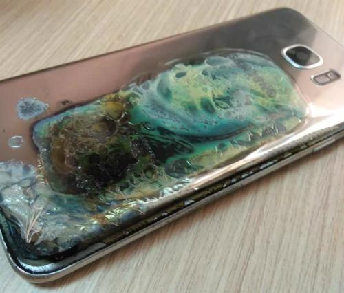 Chiếc điện thoại S7 Edge sau khi bốc cháy của Rokhana. Ảnh: Reddit