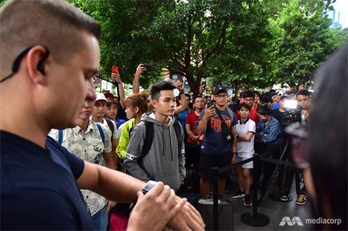 Trong số hơn 800 người, có rất nhiều người Việt và Lê Thắng đứng đầu tiên. Ảnh: CNA