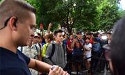 Người Việt xếp hàng mua iPhone Xs lên báo quốc tế