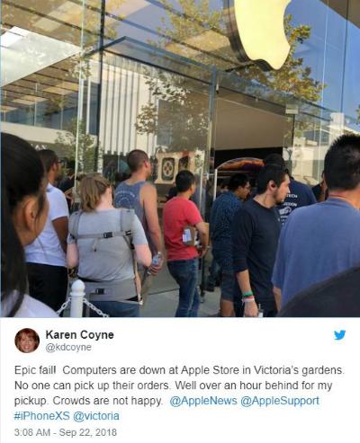 Dòng người xếp hàng chờ đợi được mua iPhone Xs và Xs Max trước cửa Apple Store ở Mỹ.