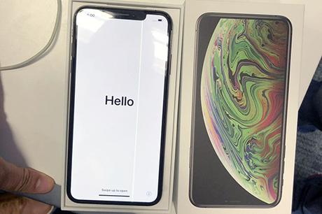 Chiếc iPhone Xs Max xuất hiện sọc trên màn hình. Ảnh: Musthafa Ali/Twitter.