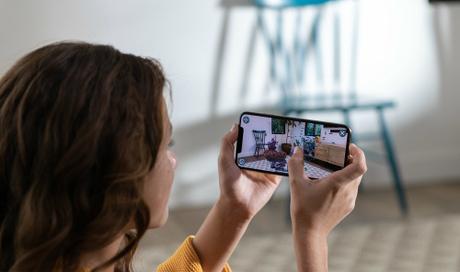 Phụ nữ và người có bàn tay nhỏ sẽ cần tới hai tay khi sử dụng những chiếc iPhone mới.