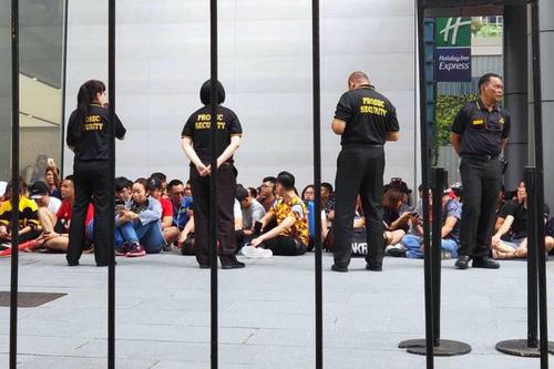 Cảnh xếp hàng của người mua iPhone ở Singapore hôm 21/9.