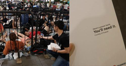 Nhân viên Huawei tặng pin dự phòng cho người xếp hàng mua iPhone Xs. Ảnh: Mothership