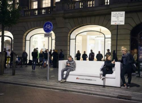 Fan Apple ngồi trên ghế của Huawei để chờ mua iPhone mới tại Hà Lan. Ảnh: GSMNieuws