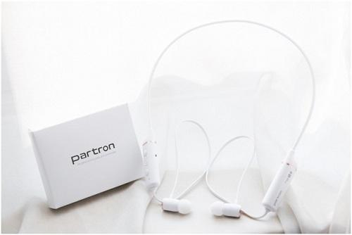 PBH-400 cóthiết kế tai nghe với vòng, phần tai nghe (housing) có thể làm nhỏ lại, và phần pin lớn hơn. PBH-400 cho thời gian nghe nhạc và đàm thoại liên tục trong 8 tiếng.