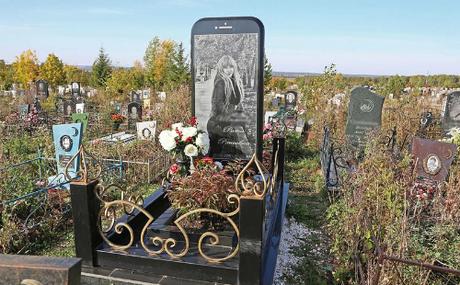 Ngôi mộ có tấm bia hình iPhone 7 tại nghĩa trang nước Nga.