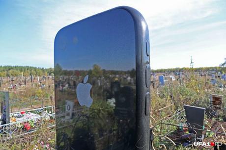 Mặt sau của bia mộ có vẽ logo Apple.