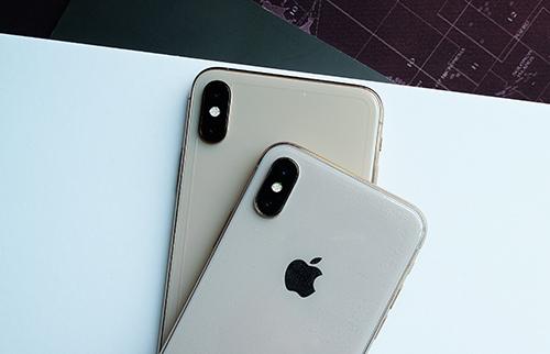 Màu sắc iPhone X (nằm trên) sau khi dán miếng dán không thực sự giống với màu iPhone Xs Max (nằm dưới).