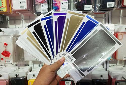 Miếng dán nhiều màu sắc cho iPhone.