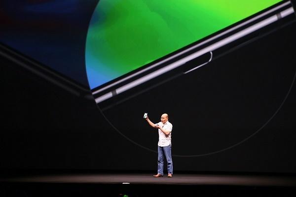 Ông Quảng cho biết, Bphone 3 là chiếc smartphone Android đầu tiên trên thế giới có thiết kế tràn đáy.
