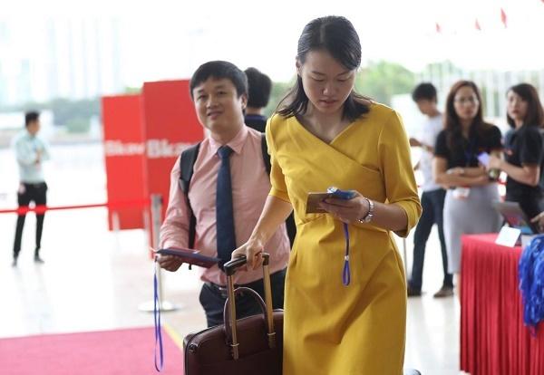 Nhiều khách mời là người nước ngoài, đến từ nhiều tỉnh thành trên cả nước vừa hạ cánh từ chuyến bay để kịp tham gia sự kiện.
