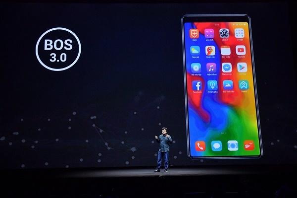 Ông Lâm Hồng Quang giới thiệu về hệ điều hành BOS 3.0.